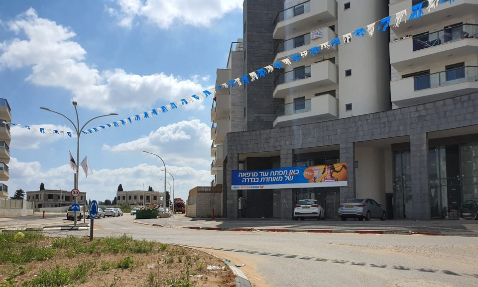 שילוט לקראת הקמת סניף מאחודת בשכונת גולדה מאיר גדרה