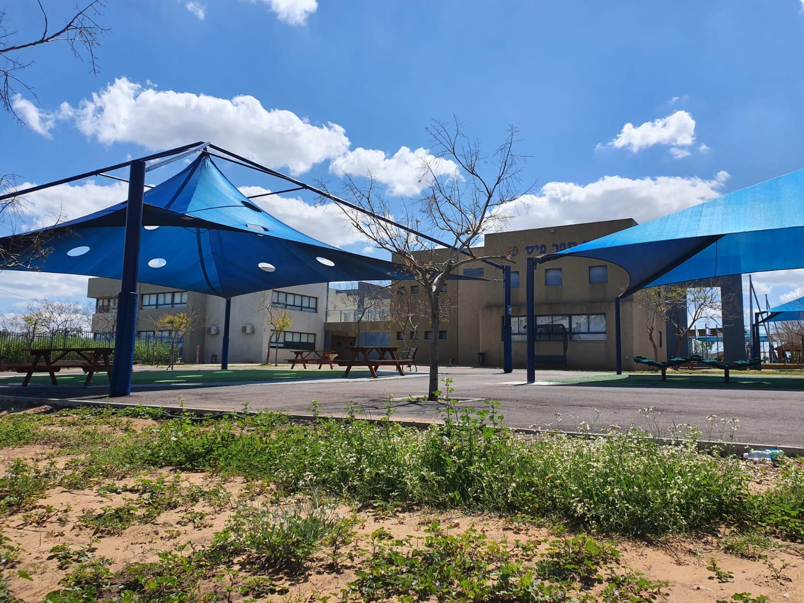 חצר בית ספר רימונים