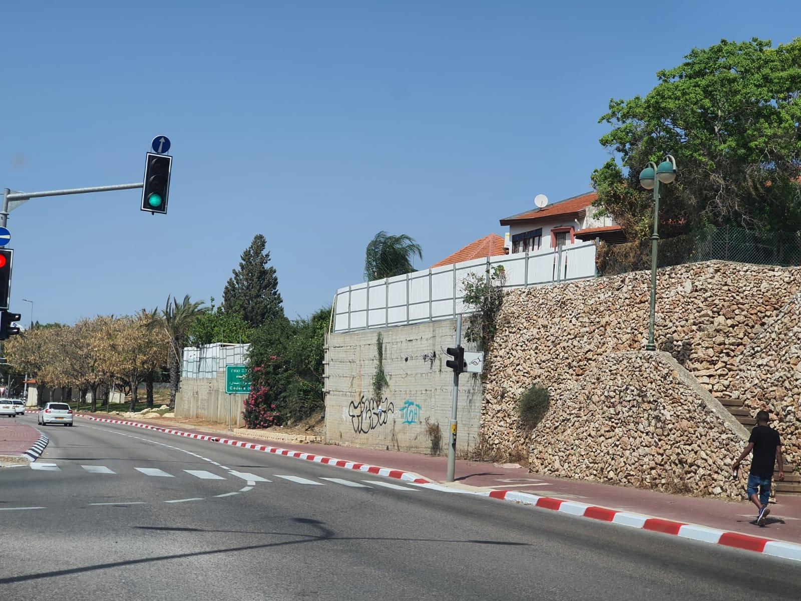 קירות בטון ברחוב הרצל גדרה