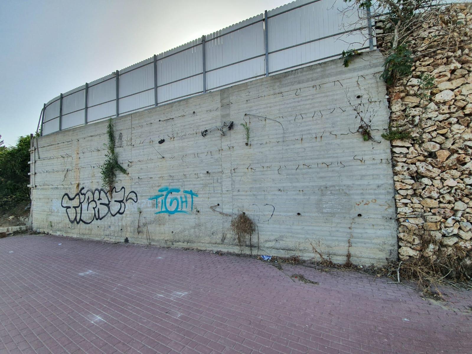 קיר בטון ברחוב הרצל גדרה